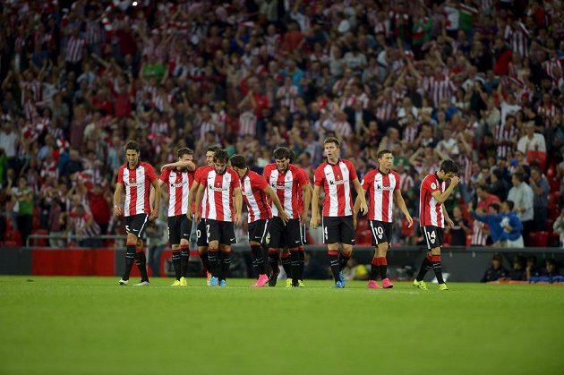 Fotbalisté Bilbaa se radují ze vstřelené branky v prvním zápase španělského Superpoháru proti Barceloně.