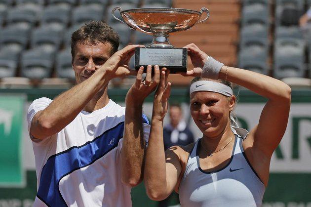 Lucie Hradecká (vpravo) a František Čermák pózují s trofejí pro vítěze grandslamového French Open.