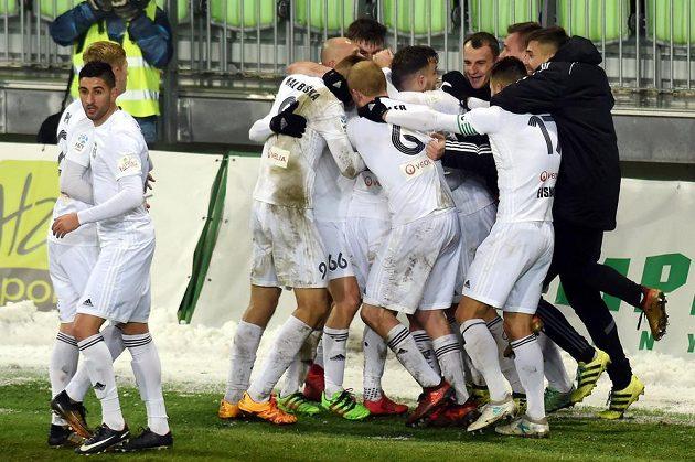 Hráči Karviné se radují z gólu proti Bohemians.