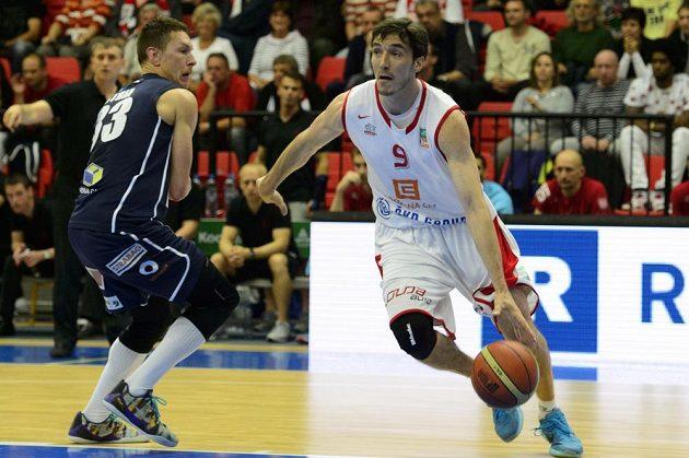 Jiří Welsch z Nymburka (vpravo) během finále NBL proti Děčínu.