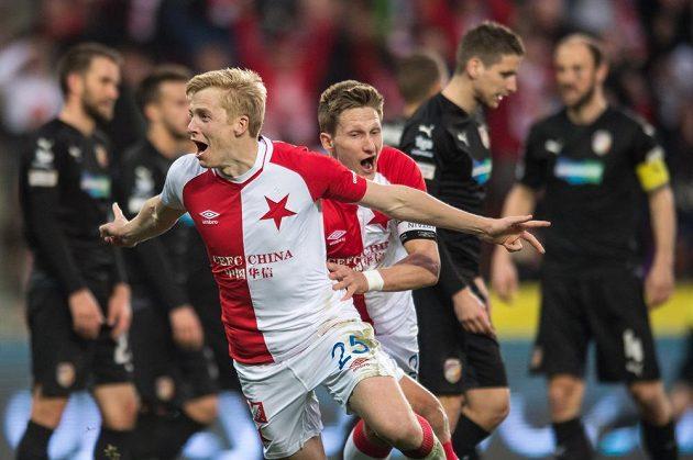 Michal Frydrych a Milan Škoda ze Slavie oslavují vítězný gól ve šlágru jara proti Plzni.