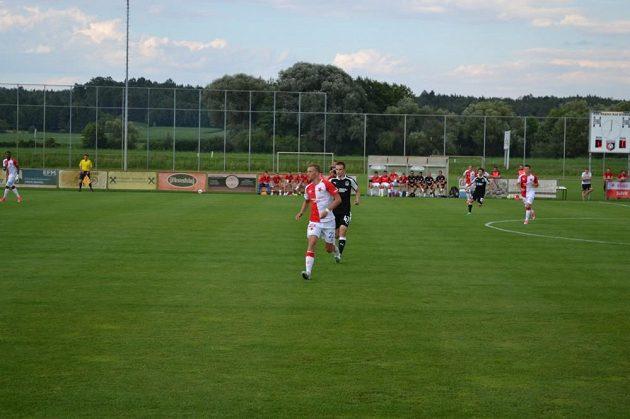 Slávista Tomáš Souček (vpředu) během přípravného zápasu s Krasnodarem.