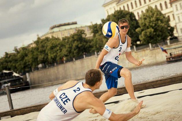Plážový volejbal na Vltavě? Češí olympionici exhibicí na netradičním místě odstartovali pražský turnaj. V akci byli i Ondřej Perušič a David Schweiner.