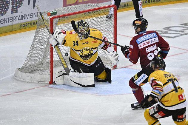 Sparťan Miroslav Forman střílí gól, brankář Šimon Zajíček z Litvínova už zasáhnout nestačil.