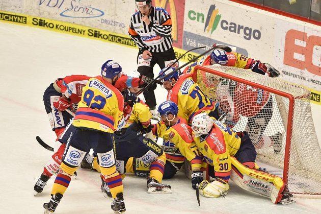 Dramatická situace před českobudějovickou brankou v utkání 11. kola baráže o hokejovou extraligu mezi HC Motor České Budějovice a HC Dynamo Pardubice.