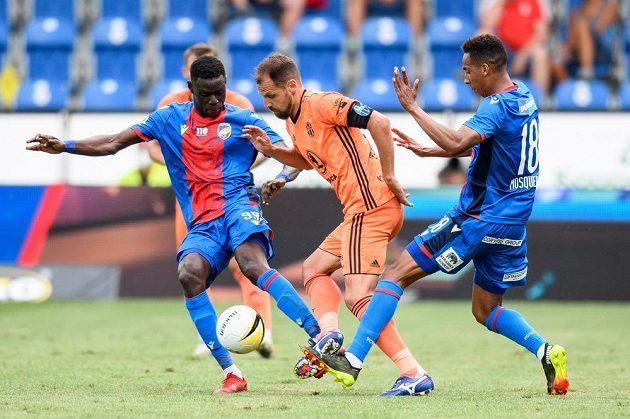 Modou Ndiaye z Viktorie Plzeň, Marek Matějovský z Mladé Boleslavi a Jhon Mosquera z Viktorie Plzeň během utkání 1. kola.