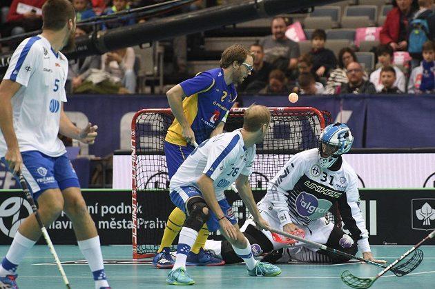 Johan Samuelsson ze Švédska (třetí zprava) střílí gól. Zprava jsou dále finský brankář Pasjö-Tegner a Lauri Kapanen z Finska.