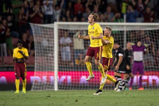 Bořek Dočkal ze Sparty oslavuje svůj druhý gól v úvodním duelu play off Evropské ligy proti Thunu.