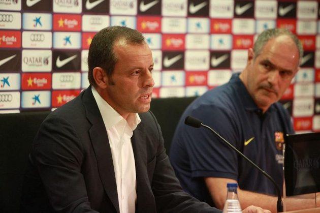 Teď už bývalý prezident Barcelony Sandro Rosell (vlevo) a sportovní ředitel katalánského celku Andoni Zubizarreta v létě oznamovali odchod kouče Vilanovi.