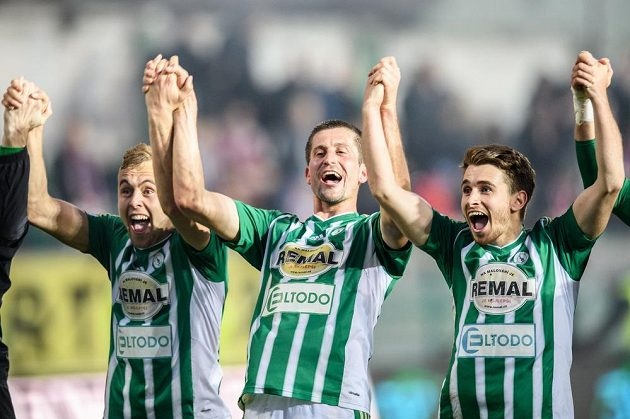 Fotbalisté Bohemians 1905 (zleva) Martin Hašek, Michal Šmíd a Dominik Mašek oslavují vítězství 5:2 nad Plzní