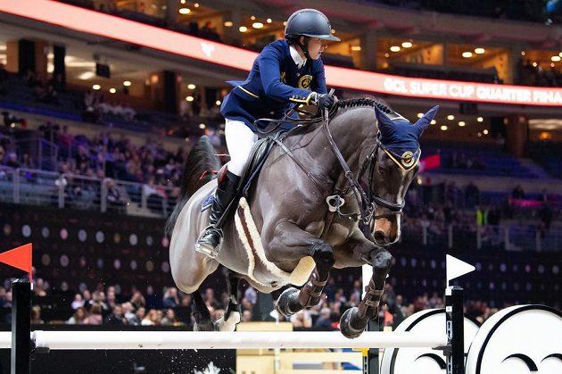 Anna Kellnerová se svým koněm přeskakuje jednu z překážek.