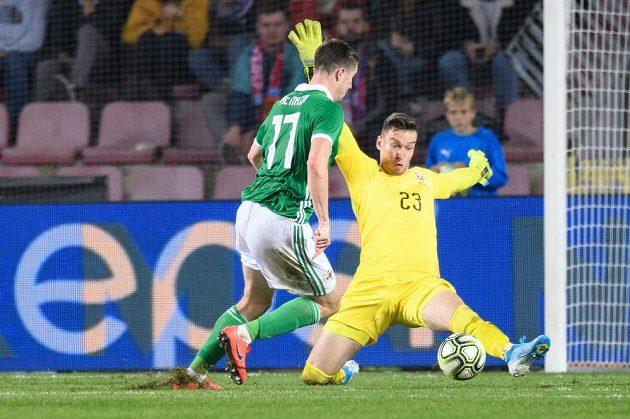 Paddy McNair ze Severního Irska obchází českého brankáře Jiřího Pavlenku a dává na 3:0 pro svůj tým.