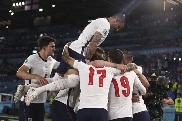 Anglická radost. Útočník Harry Kane slaví se spoluhráči vedení nad Ukrajinou ve čtvrtfinále EURO.