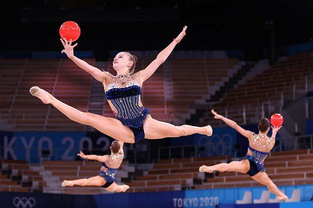 Tým bulharských moderních gymnastek při cvičení s míčem.
