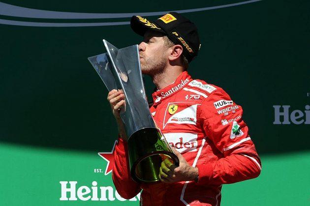 Sebastian Vettel s trofejí pro vítěze Velké ceny Brazílie.