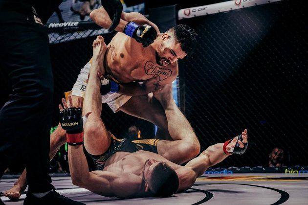 Brazilec Kaik Brito dominuje v souboji s Robertem Bryczekem z Polska na turnaji OKTAGON 23.