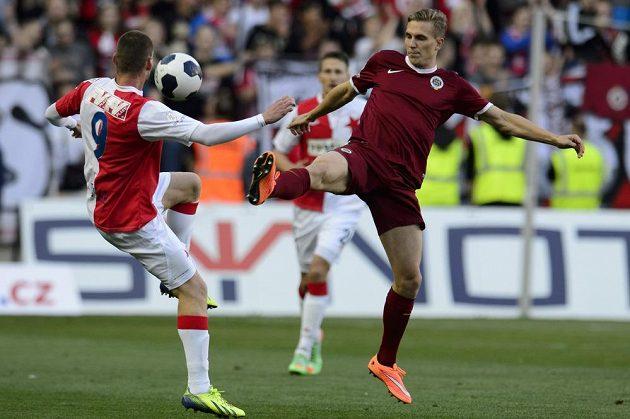 Martin Juhar ze Slavie (vlevo) a Bořek Dočkal ze Sparty bojují o míč.