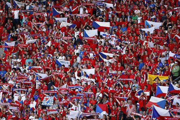 Čeští fandové v Saint-Étienne před utkáním s Chorvaty.