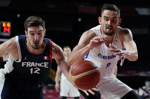 Nando de Colo z Francie a Tomáš Satoranský.