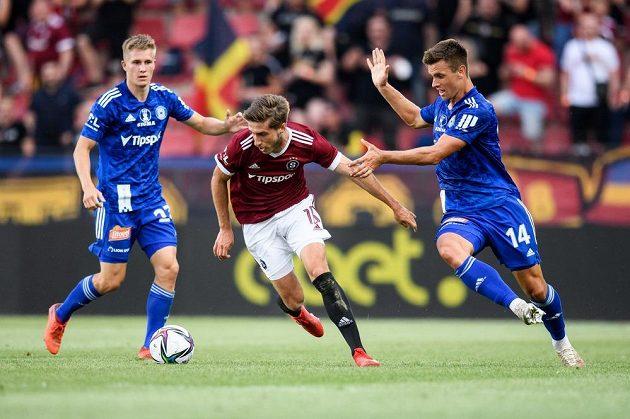 Jakub Matoušek ze Sigmy Olomouc, Michal Sáček ze Sparty a Antonín Růsek ze Sigmy Olomouc v utkání 1. kola Fortuna ligy.
