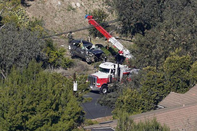 Těžká technika včetně jeřábu zasahovala po autonehodě slavného golfisty Tigera Woodse.