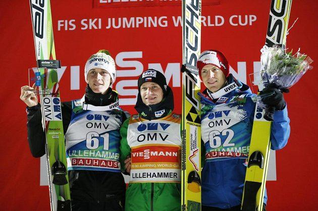Stupně vítězů - uprostřed vítězný Roman Koudelka, vlevo druhý Slovinec Peter Prevc a třetí Rakušan Michael Hayboeck.