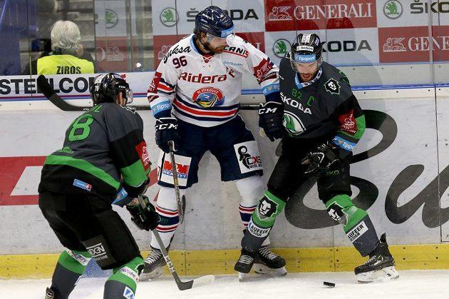 Hokejista Jaroslav Mrázek z Vítkovic se snaží prosadit v utkání 42. kola hokejové extraligy proti mladoboleslavské přesile. Zleva Lukáš Žejdl a vpravo Michal Vondrka.