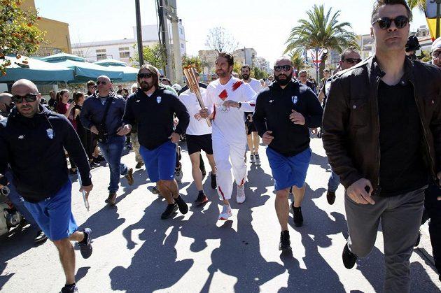 Řecká část štafety s olympijským ohněm byl den po slavnostním zapálení předčasně ukončena