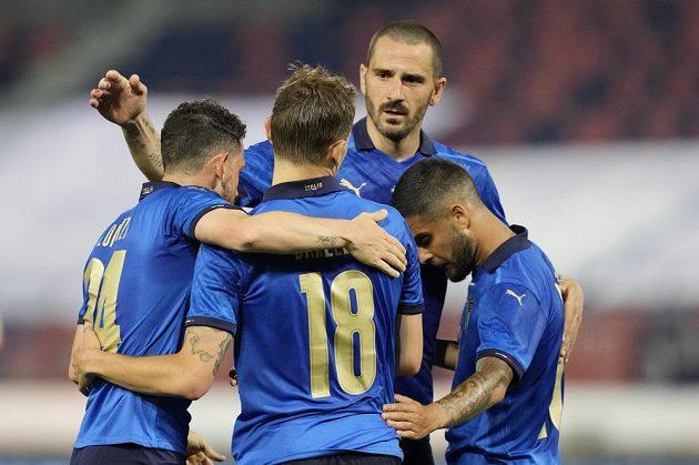 Italský reprezentant Nicola Barella (uprostřed) oslavuje se spoluhráči gól v přípravném duelu s Českou republikou.