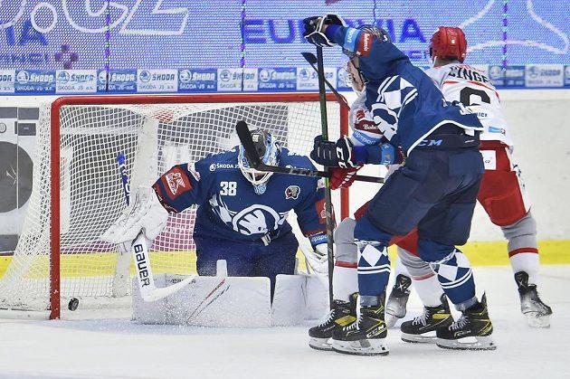 Zleva brankář Plzně Dominik Furch, David Jiříček z Plzně a Lukáš Cingel z Hradce Králové, který dává gól.