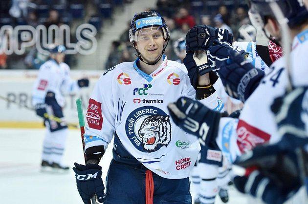 Autor prvního gólu Michal Bulíř z Liberce se dělí o radost se spoluhráči.