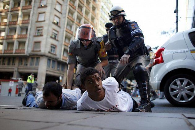 Policie zasahuje proti demonstrantům.
