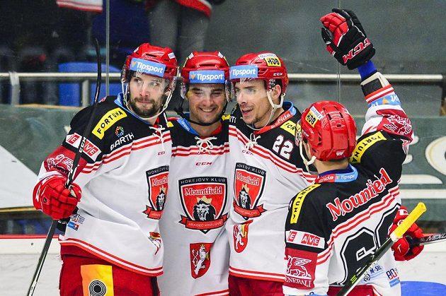 Zleva Blaž Gregorc, Tomáš Knotek, Jiří Šimánek a Zdeněk Čáp (všichni z Hradce Králové) oslavují gól proti Plzni.