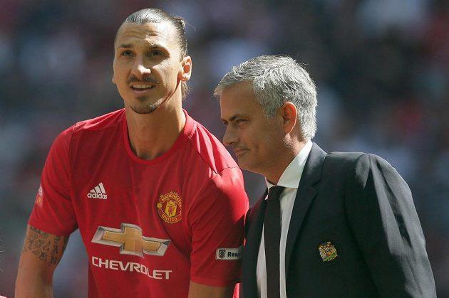 První trofej je naše! Zleva Zlatan Ibrahimovic a José Mourinho, nové osobnosti Manchesteru United.
