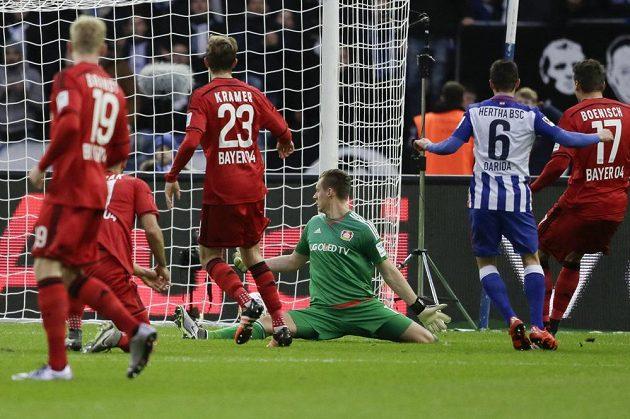 Vladimír Darida (číslo 6) z Herthy berlín se trefil do sítě Bayeru Leverkusen.
