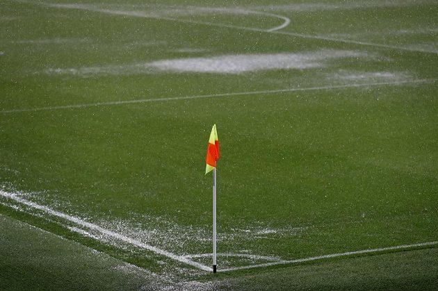 Stav trávníku na Etihad Stadium nedovolil sehrát zápas mezi Manchesterem City a Borussií Mönchengladbach.