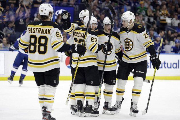 Hokejisté Bostonu slaví další výhru v utkání NHL.