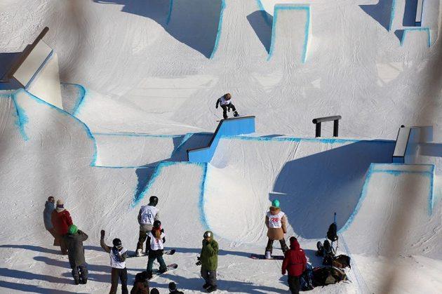 Snowboardistka Šárka Pančochová na překážkách olympijského parku v Jižní Koreji.