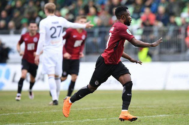 Guélor Kanga ze Sparty oslavuje svůj gól proti Karviné.