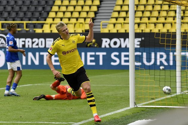 Dortmundský Erling Haaland poté, co překonal Markuse Schuberta v bráně Schalke.