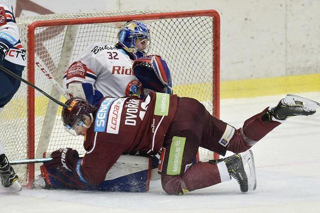 Hokejista Sparty Tomáš Dvořák zboural vítkovického brankáře Patrika Bartošáka v utkání předkola play off.