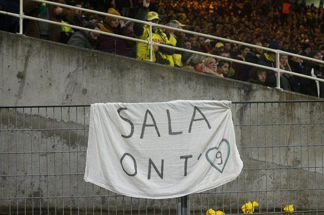 Úcta k bývalému hráči FC Nantes Emilianu Salovi, který zmizel při letu do nového působiště v Cardiffu, byla znát na stadionu na každém kroku.
