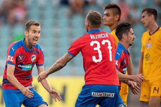 Plzeňský záložník Tomáš Hořava (vlevo) a Jakub Řezníček oslavují gól na 1:1 během utkání s Duklou.