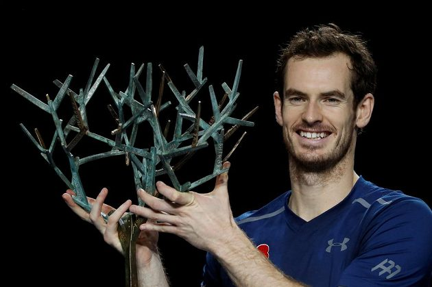 Andy Murray s trofejí pro vítěze turnaje v Paříži.
