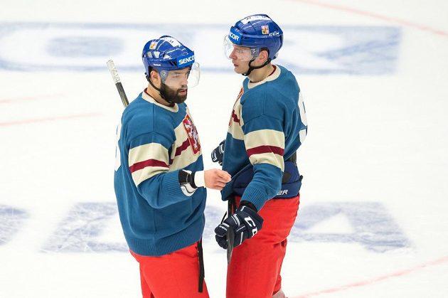 Radko Gudas (vlevo) a Jakub Krejčík během utkání turnaje Carlson Hockey Games se Švédskem.