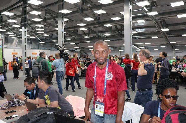 Ve sparťanském dresu s jmenovkou Mandjeck se na šampionátu v Rusku pohybuje kamerunský novinář Eyengue Nzima.