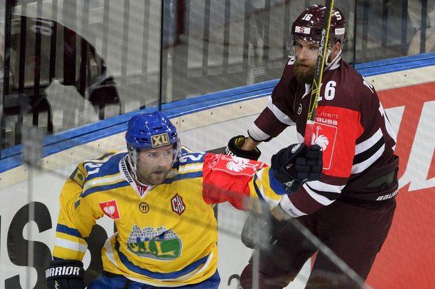 Útočník Storhamaru Joakim Jensen (vlevo) se raduje z gólu proti Spartě. Vpravo je obránce PRažanů Adam Polášek.