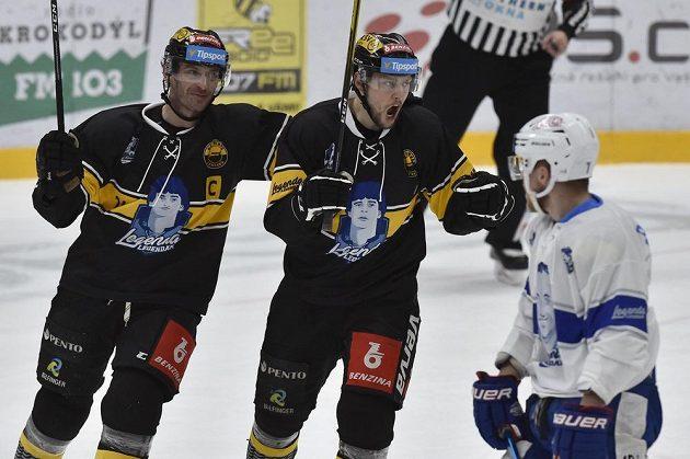 Tomáš Pavelka (uprostřed) z Litvínova se raduje z gólu. Vlevo je Viktor Hübl z Litvínova, vpravo Tomáš Bartejs z Brna.