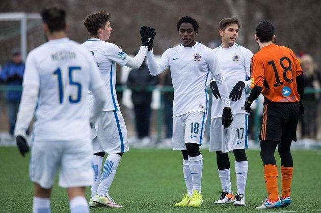 Michal Sáček (vlevo) gratuluje Tiémoko Konatému ke gólu do sítě Ružomberku.