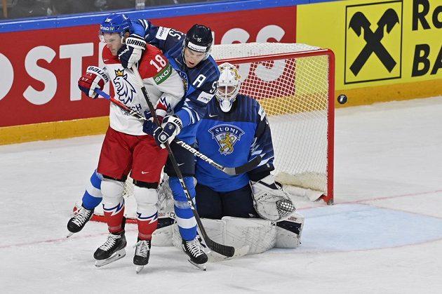 Dominik Kubalík z ČR aAtte Ohtamaa a brankář Jussi Olkinuora z Finska.